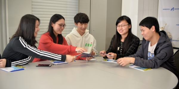 Студентам из Китая вручили студенческие билеты