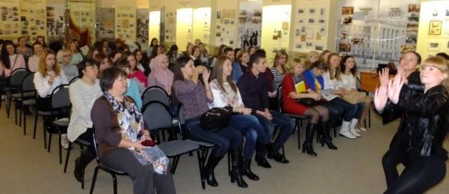 Встречу открыла танцевальная группа факультета иностранных языков.